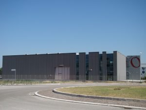 Vendesi capannone di oltre 1300mq, con oltre 800 mq di capannone e oltre 500mq di zona show room e uffici. Bellissimo capannone di design, vincitore del premio di architettura Forlì- Cesena 2015 per la categoria miglior opera non residenziale.