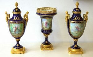 Sevres – Trittico di Grandi vasi in porcellana – XIX secolo, scene Fragonard – Stile Impero Decoro a mano oro 24K